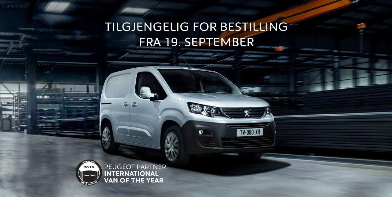 Peugeot Partner 2018-modell kjører gjennom et lagerhus. Tekst: «Tilgjengelig for bestilling fra 19. september»