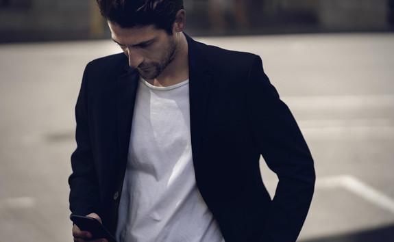 /image/44/6/der-neue-peugeot-208-mit-elektroantrieb-mann-mit-smartphone-app-mypeugeot.556446.jpg