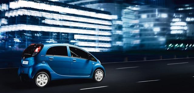 Peugeot iOn elbil i byen om natten