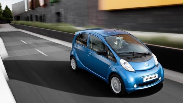 Peugeot iOn kjører på veien