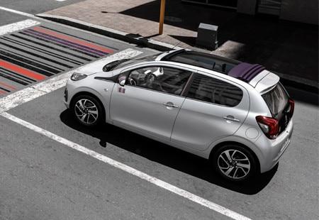 Bybilen Peugeot 108 står ved et veikryss