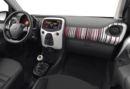 Kupeen i bybilen Peugeot 108 med dekaler