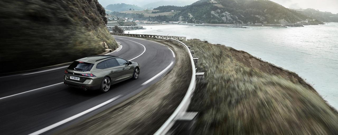 Peugeot 508 SW kjører langs kysten