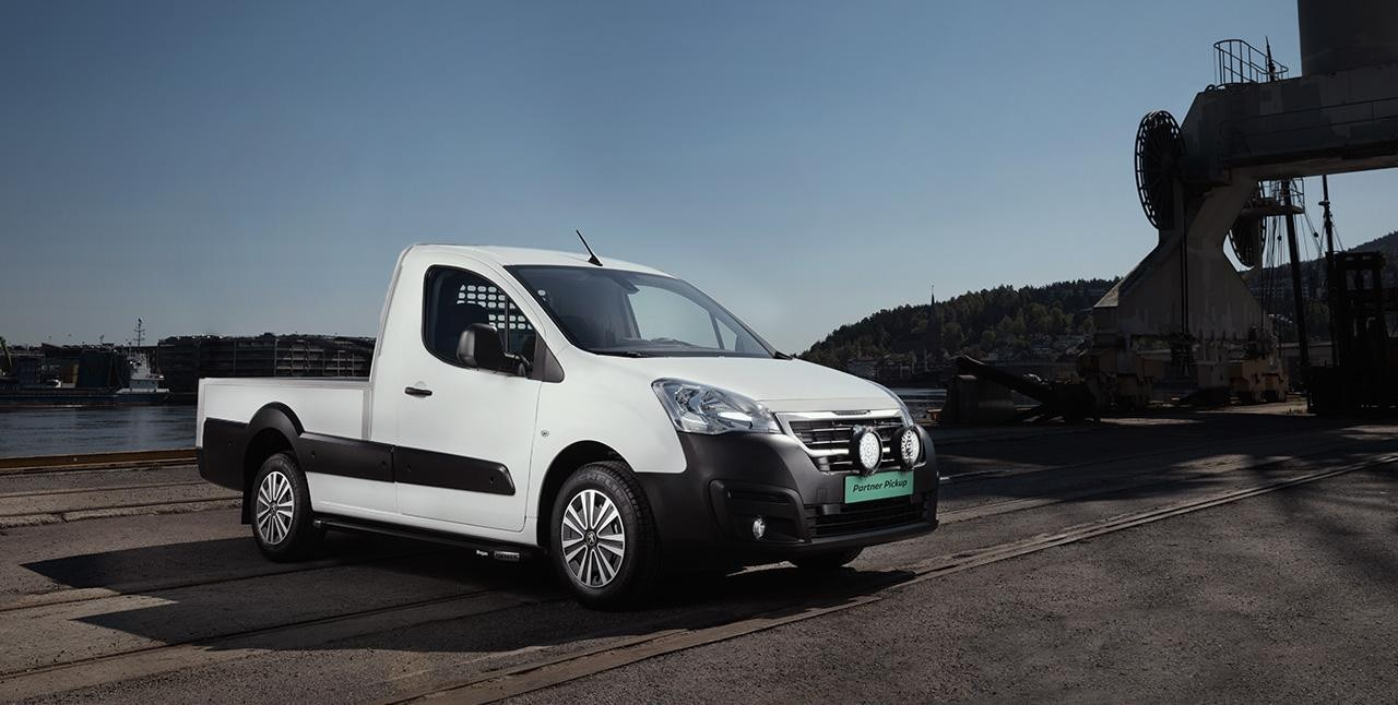 Peugeot Partner Pick-up parkert på en arbeidsplass
